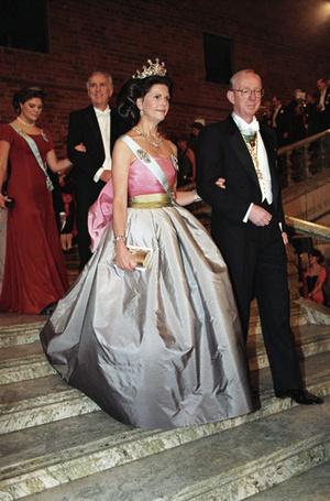 Фото №16 - Модный реверанс: принцессы и королевы в нарядах своих мам и свекровей