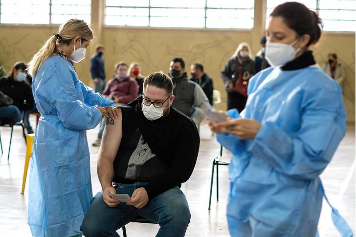 Фото №1 - Ученые посчитали, как часто заражаются коронавирусом привитые люди