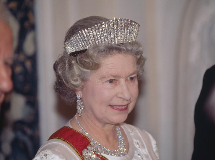 Фото №39 - Какую тиару Елизавета II одолжит Меган Маркл на свадьбу: делаем ставки
