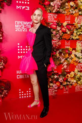 Фото №7 - «Голая» Клава Кока, любвеобильный Филипп Киркоров и розовый Даня Милохин: самые яркие наряды звезд на «Премии Муз-ТВ»