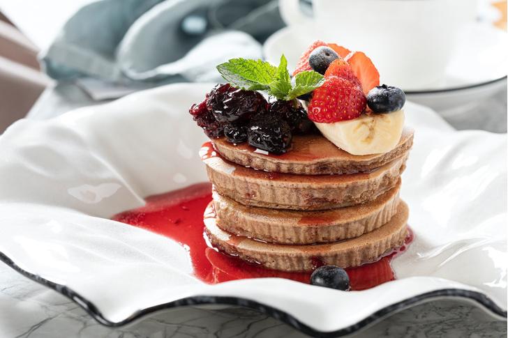Фото №1 - Идеальные панкейки с джемом и свежими ягодами на завтрак