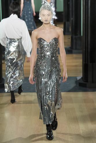 Фото №3 - Новогодний образ: топ-15 платьев цвета металлик для главного вечера года