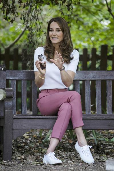 Фото №1 - Кейт Миддлтон выглядит особенно хрупкой в узких розовых брюках