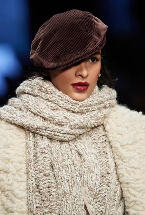 Фото №11 - Шапки, косынки и береты: самые модные головные уборы сезона