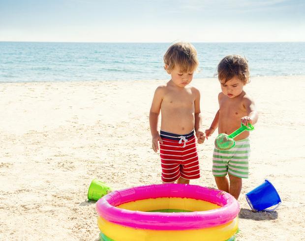 Фото №8 - Собираемся на пляж: 10 вещей, которые нужно взять для малыша