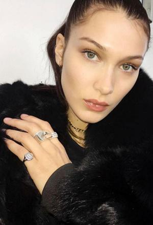 Фото №8 - Тренд аристократов: где искать кольца-печатки, как у Дианы, Меган и Пиппы Миддлтон