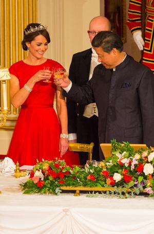 Фото №8 - 15 примеров, когда королевские особы надевали одно и то же вечернее платье несколько раз