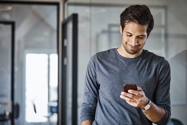 Фото №1 - Почему люди на самом деле отвлекаются на смартфоны