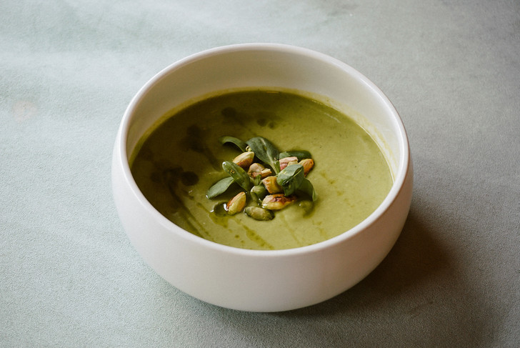 Фото №1 - Время обеда: готовим зеленый суп из цукини и горошка