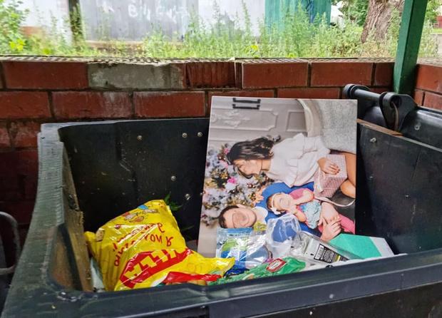 Фото №1 - Вперемешку с хламом: выкинутая на помойку семейная фотография растрогала пользователей Сети