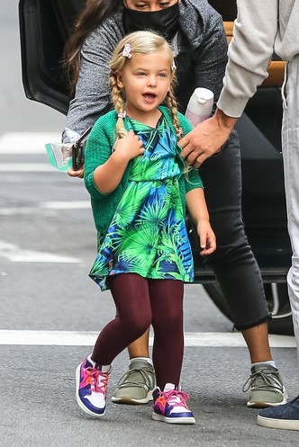 Фото №6 - Самый модный ребенок Нью-Йорка: как одевается дочь Ирины Шейк и Брэдли Купера