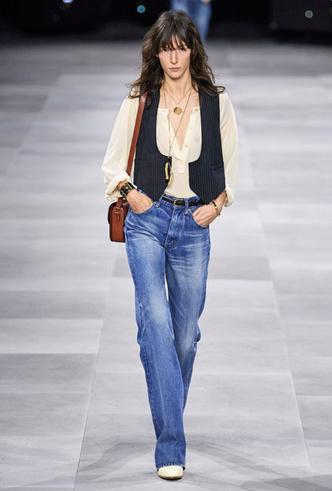 Фото №5 - Скинни, клеш и рваные: самые модные джинсы весны 2020
