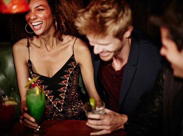Фото №1 - Давайте поговорим: как завязать разговор с незнакомцем на светской вечеринке