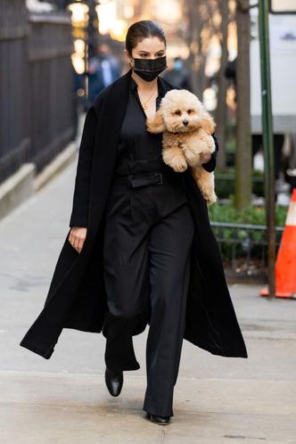 Фото №2 - Со съемок на стритстайл: Селена Гомес в монохромном образе с неоновой сумкой Louis Vuitton