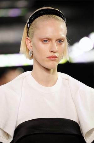 Фото №4 - Заколки, ободки и резинки: самые модные украшения для волос нового сезона