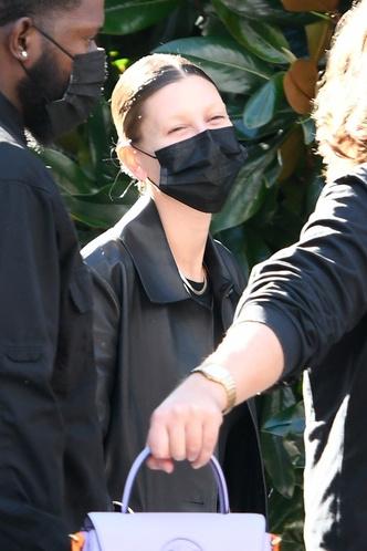 Фото №2 - Обесцвеченные брови и темные волосы: Хейли Бибер сменила имидж