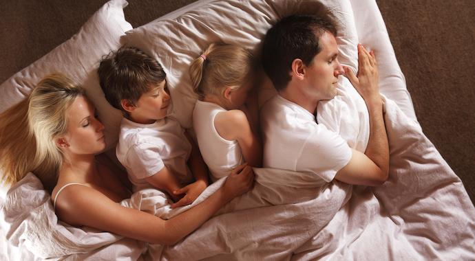 С какого возраста ребенку пора спать отдельно от родителей?