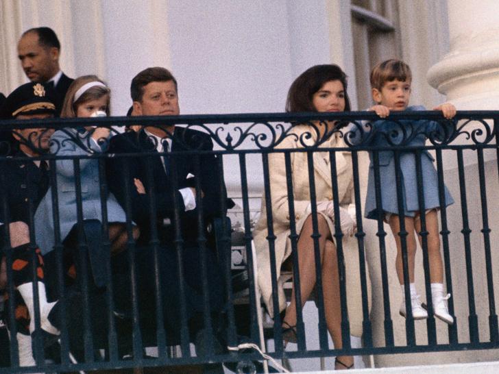 Фото №14 - Счастье на четверых: самые трогательные фото четы Кеннеди с детьми