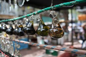 Большинство выставленных на продажу предметов были извлечены из недр бабушкиных сундуков.