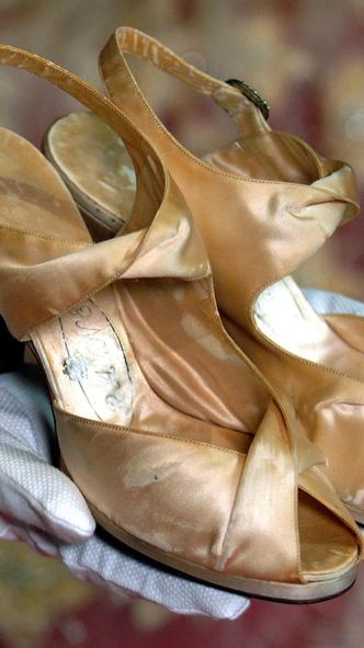 Фото №17 - От Елизаветы II до принцессы Беатрис: в каких туфлях выходили замуж принцессы