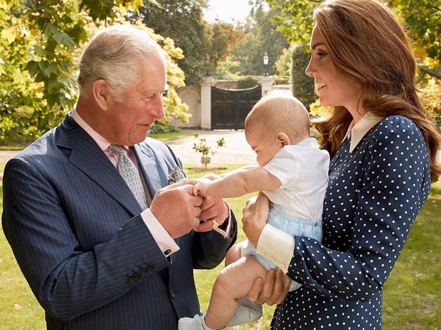 Фото №20 - Самые трогательные фотографии королевских бабушек и дедушек с внуками
