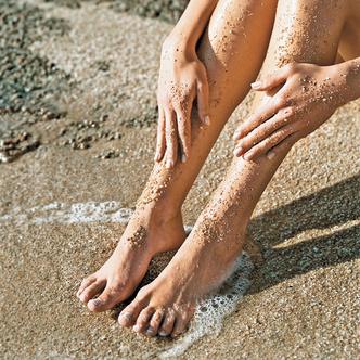 Легкий скраб помогает мягко отшелушить кожу
