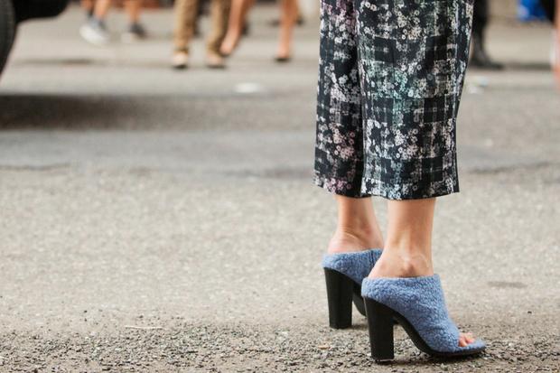 Фото №2 - Мюли, белые ботильоны и ugly shoes: 6 видов обуви на весну