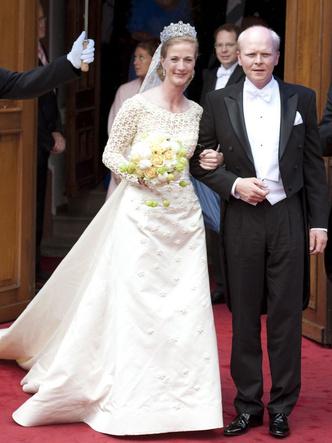Фото №26 - Платья-близнецы: 15 слишком похожих свадебных нарядов королевских особ