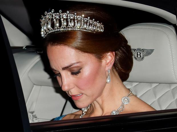 Фото №1 - Почему герцогиня Кейт носит королевские украшения чаще, чем Меган