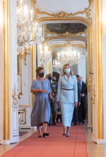 Фото №1 - Ни туда ни сюда: Елена Зеленская выбрала для официального визита юбку «неудобной» длины