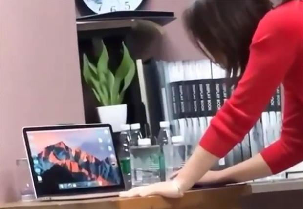 Фото №1 - Китайские студенты три раза подряд обманули преподавательницу с помощью фотореалистичных наклеек (видео)