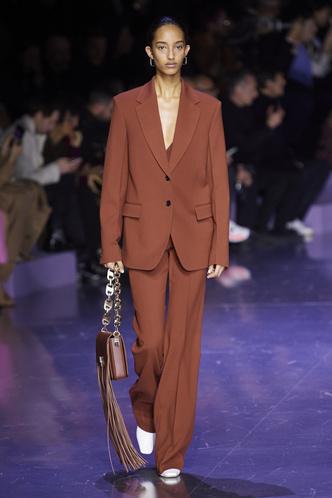 Фото №13 - Вместо джинсов: модные брюки осени и зимы 2020/21
