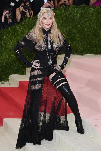 Фото №19 - Королева провокаций: 10 скандальных нарядов Мадонны, которые изменили моду