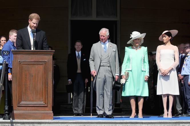Фото №2 - Кто направит герцогиню Меган в королевское русло