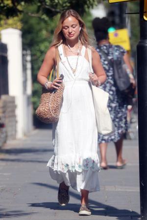 Фото №4 - Лето в городе: леди Амелия Виндзор в женственном платье на шопинге в Лондоне