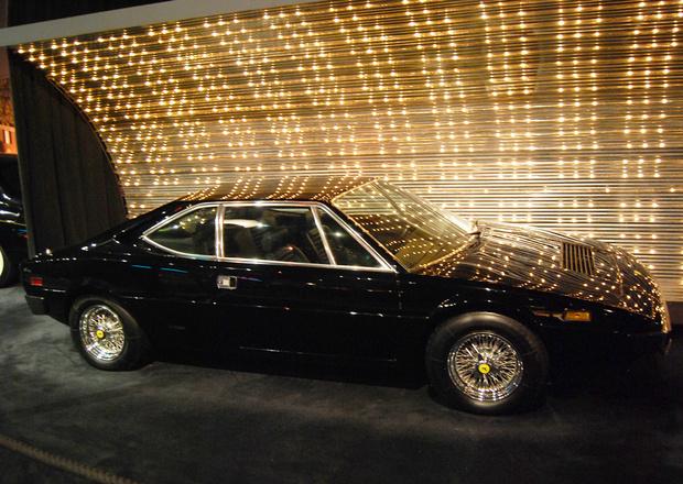 Одним из последних автомобилей Элвиса стал среднемоторный шестицилиндровый Ferrari. Пресли купил его в 1976 году, причем в слегка б/у состоянии. Очередная прихоть звезды. Тем кому повезло оказаться в пассажирском кресле черного «Феррари» утверждали, что Эл