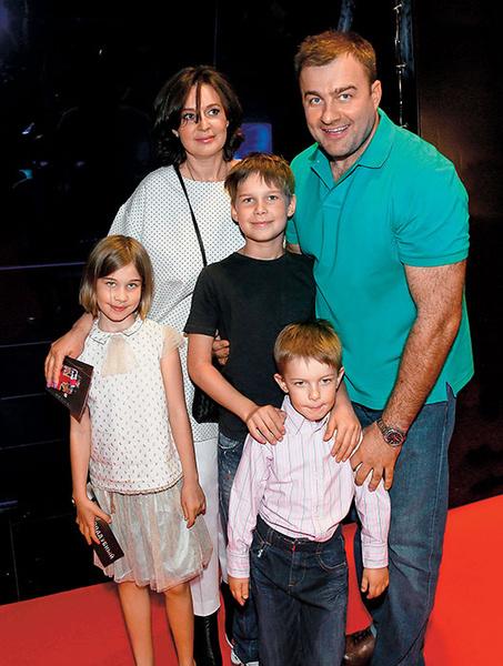 Фото №1 - Михаил Пореченков: «У нас в семье как папа сказал, так по-маминому и будет»