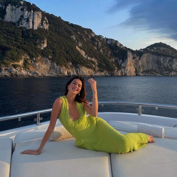 Фото №1 - Тренд сезона: ярко-зеленое платье как у Кендалл Дженнер