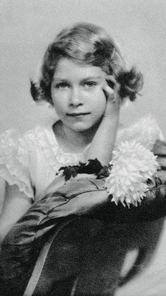 Фото №3 - «Взрослая» прическа и стильное платье: в сети обсуждают новое фото принцессы Шарлотты