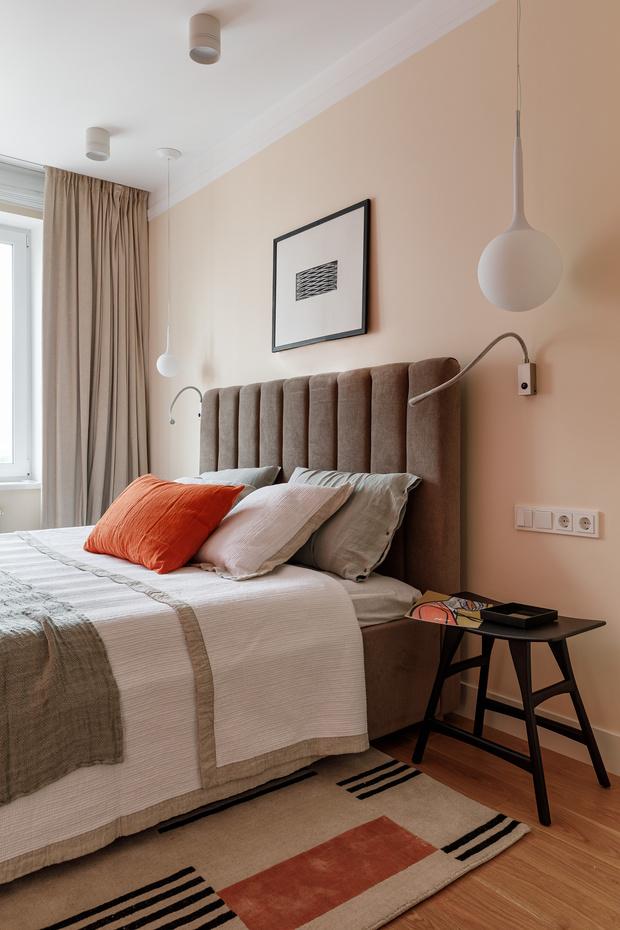 В спальне у изголовья установлены бра для чтения Flexiled от Contardi. Круглые подвесные светильники, Flos. Ковер из шерсти и бамбука, Cc-tapis.