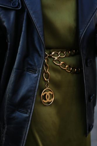 Фото №3 - Пояса-цепи: как носить самый желанный аксессуар года
