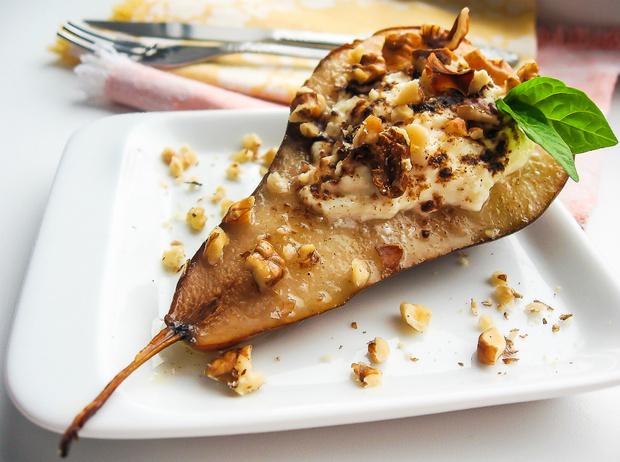 Фото №1 - Рецепт недели: запеченный сыр Фурм-д'Амбер с грушами и креветками