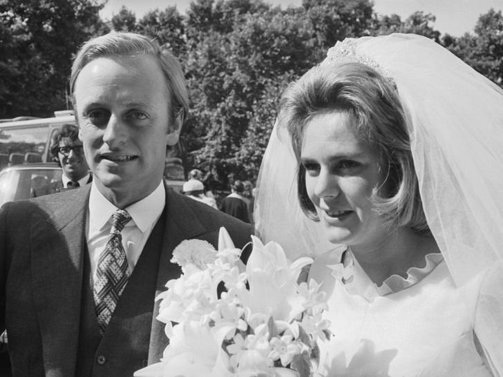 Фото №2 - Тайные мотивы: зачем королева посетила свадьбу Камиллы с первым мужем