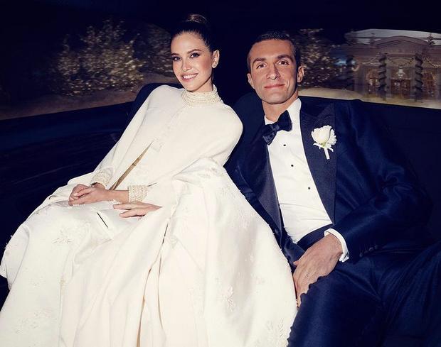 Фото №1 - Снежная королева: Даша Жукова показала новое фото со свадьбы со Ставросом Ниархосом