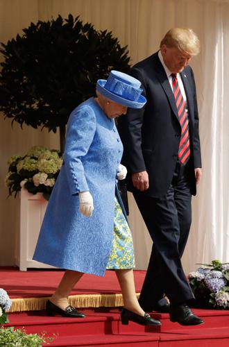 Фото №6 - Нарушил или нет: чего не сделал Дональд Трамп при встрече с Королевой (и был ли должен)
