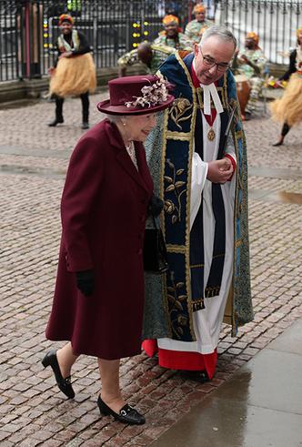 Фото №8 - Меган Маркл на своей первой официальной службе с Елизаветой II