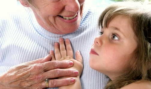 Фото №1 - В петербургской поликлинике бабушек обязали приводить внуков с доверенностью