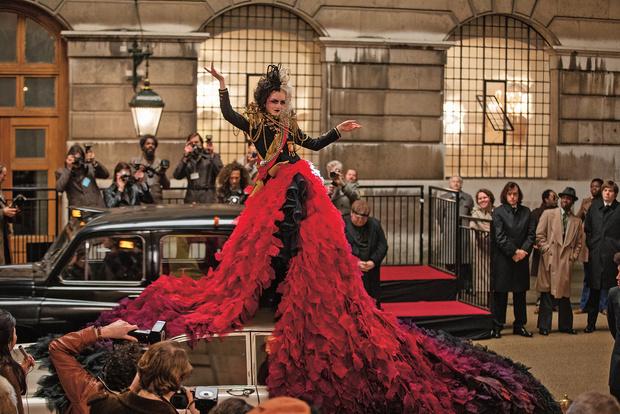 Фото №1 - 47 платьев на одну Круэллу: как создавали наряды для диснеевского фильма