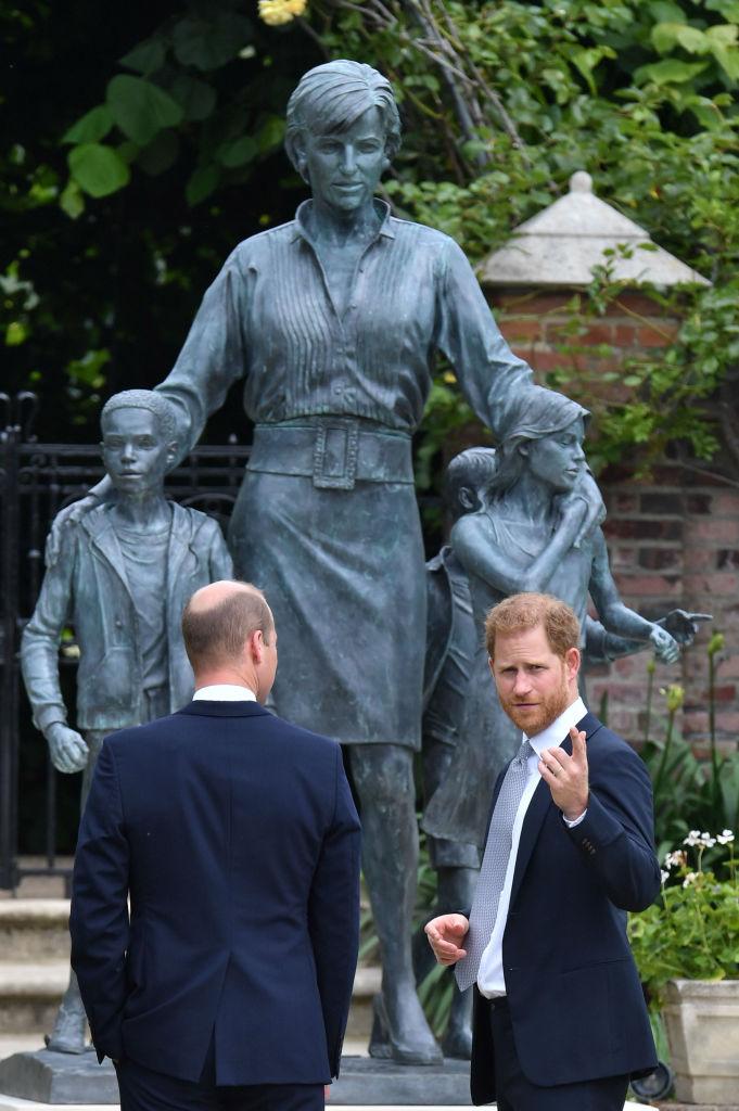 Фото №6 - Мама была бы рада: принцы Уильям и Гарри тепло встретились на открытии памятника принцессе Диане