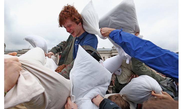 Участники фестиваля принимают участие в гигантском бою подушками на Трафальгарской площади в Международный день борьбы подушками, 4 апреля 2015 года в Лондоне, Англия.